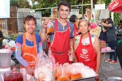 Verkopen de niet geïdentificeerde Thaise mensen voedsel op nachtmarkt Wall Street Royalty-vrije Stock Foto's