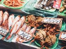 Verkopen de verse Zeevruchten van Japan van de vissenmarkt boxvertoning Royalty-vrije Stock Afbeelding