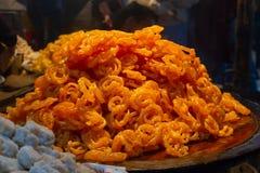 Verkopen het vers gekookte traditionele Indische dessert of de snoepjes Jalebi bij lokale markt royalty-vrije stock foto