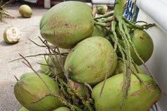 Verkopen veel kokosnoten op de straat voor Stock Foto