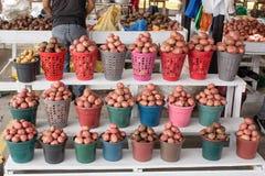 Verkopende aardappels op de markt De aardappels worden verpakt in emmers quito ecuador stock afbeeldingen