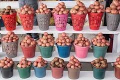 Verkopende aardappels op de markt De aardappels worden verpakt in emmers quito ecuador royalty-vrije stock fotografie