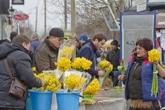 Verkopende bloemen bij een voorlopige bloemmarkten op de vooravond van de dag van internationale vrouwen Stock Foto's