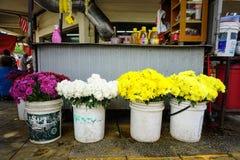 Verkopende bloemen bij straatmarkt Stock Foto's