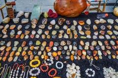 Verkopende edelstenen bij straatmarkt stock foto