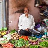 Verkopende groenten van huis, India stock foto's