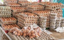 Verkopende kippeneieren op de markt quito ecuador stock fotografie