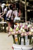 Verkopende Lotus Flowers voor het aanbieden van het Standbeeld van offerboedha in Kambodja Stock Afbeelding