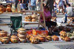 Verkopende met de hand gemaakte potten Stock Foto