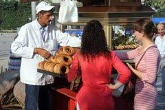 Verkopende Ongezuurde broodjes in Izmir Royalty-vrije Stock Foto's
