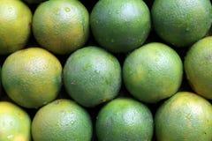 Verkopende vruchten bij de markt in Kolkata Stock Foto's