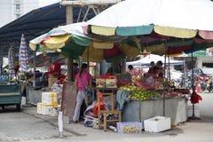 Verkopende vruchten op landbouwersmarkt Stock Foto