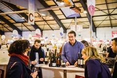 Verkopende wijn aan klanten bij Vignerons-onafhankelijke Stock Foto