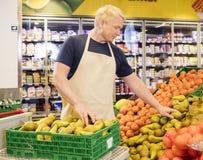 Verkoper Arranging Fresh Pears in Supermarkt Stock Fotografie