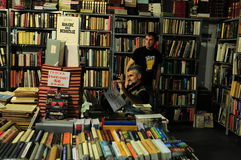 Verkoper bij de Internationale Boekenbeurs van Belgrado Royalty-vrije Stock Afbeelding