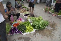 Verkoper bij landbouwersmarkt Stock Foto