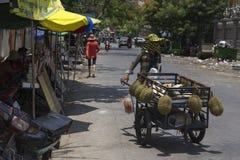 Verkoper bij marktstraat in Phnom Phen Stock Afbeelding