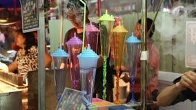 Verkoper die diverse dranken met kleuring in de nachtmarkt voorbereiden van Taipeh stock video