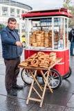 Verkoper die Gevrek in Istanboel, Turkije verkopen Stock Fotografie