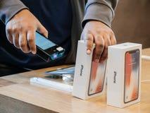 Verkoper die iphone X aftasten vóór verkoop Stock Foto's