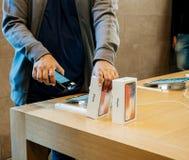 Verkoper die iphone X aftasten vóór verkoop Royalty-vrije Stock Foto