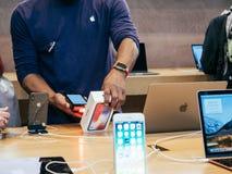 Verkoper die iphone X aftasten vóór verkoop Royalty-vrije Stock Foto's
