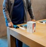 Verkoper die iphone X aftasten vóór verkoop Stock Afbeeldingen