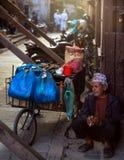 Verkoper die Katmandu Nepal rusten stock afbeelding