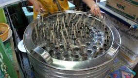 Verkoper die lokaal roomijs maken Samut Prakan, Thailand stock video