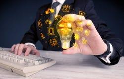 Verkoper die zijn heldere ideeën bevorderen Royalty-vrije Stock Afbeelding