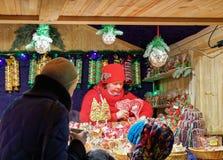 Verkoper en Box met kleurrijk suikergoed bij Vilnius-Kerstmismarkt Royalty-vrije Stock Afbeelding