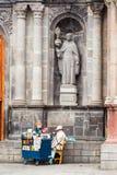 Verkoper en Kerkvoorgevel royalty-vrije stock afbeeldingen