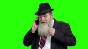 Verkoper het onderhandelen op telefoon, het groene scherm stock video
