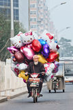 Verkoper met ballons op een e-fiets, Peking, China Stock Afbeelding