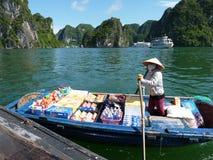 Verkoper op haar boot Stock Foto's
