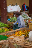 Verkoper op lokale markt in Sri Lanka - April 2, 2014 Stock Afbeeldingen