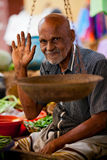 Verkoper op lokale markt in Sri Lanka - April 2, 2014 Stock Afbeelding