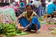 Verkoper op lokale markt in Sri Lanka - April 2, 2014 Stock Foto