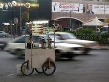 Verkoper op wielenwinkel voor thee en sigaretten in Tripoli, Libanon royalty-vrije stock foto