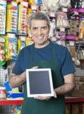 Verkoper Showing Digital Tablet met het Lege Scherm in Huisdierenopslag stock fotografie