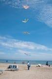 Verkoper van kleurrijke vliegers op een Italiaans strand Stock Foto's