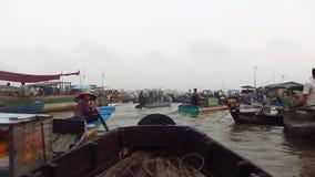 Verkopers die aan de het Drijven Markt in de Mekong Delta werken stock videobeelden