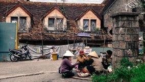 Verkopers die op straat in Dalat, Vietnam zitten stock foto