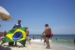 Verkopers en Sunbathers op Ipanema-Strand Rio Royalty-vrije Stock Afbeeldingen