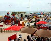 Verkopers en toeristen op de strandboulevard van Brighton, Sussex, Engeland Stock Afbeelding