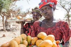 Verkopers langs de manier, Mali, Afrika. Stock Afbeelding