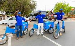 Verkopers op fietsen die roomijskegels verkopen royalty-vrije stock afbeelding