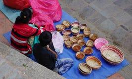 Verkopers op straat in Katmandu, Nepal royalty-vrije stock foto's