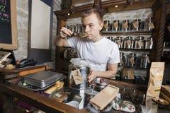 Verkopers ruikende thee in opslag Royalty-vrije Stock Foto