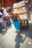 Verkopers vervoerende dozen in Manilla Stock Fotografie